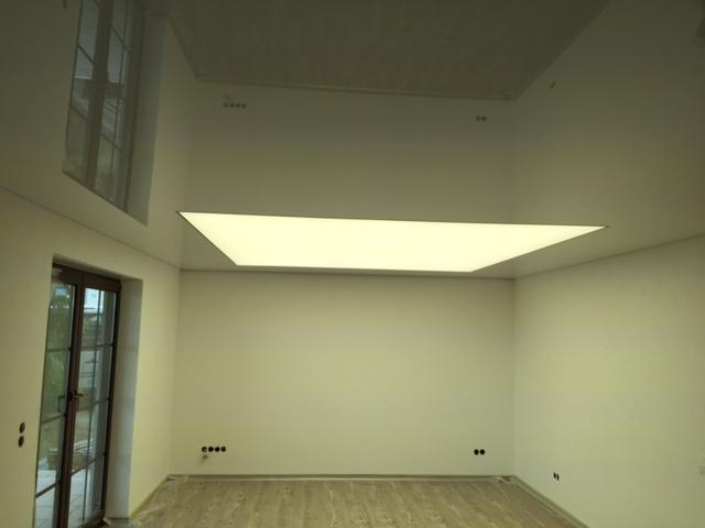 lackspanndecke mit lichtdecke in der deckengestaltung und. Black Bedroom Furniture Sets. Home Design Ideas